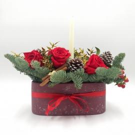 NATALE PREZIOSO: centrotavola con base in ceramica, rose rosse, pigne e iperico