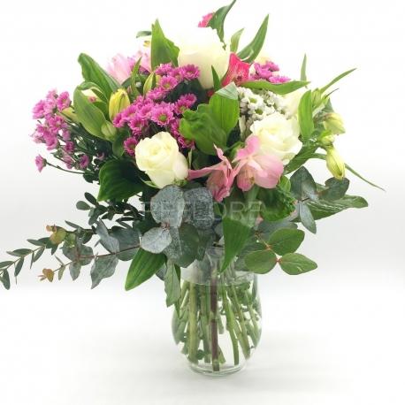 ILLUSIONE D'INVERNO: rose bianche, alstromelia e santini