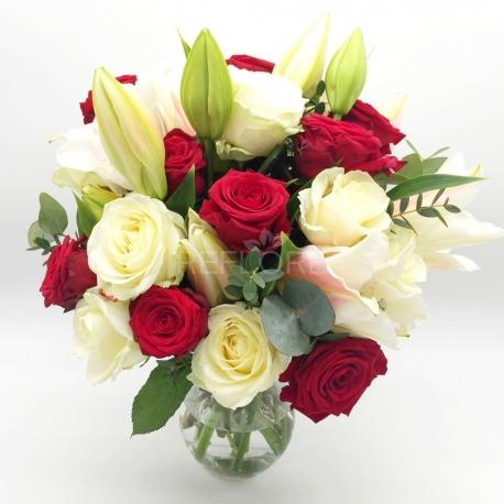 UNIONE DI INTENTI: rose rosse, rose e gigli bianchi