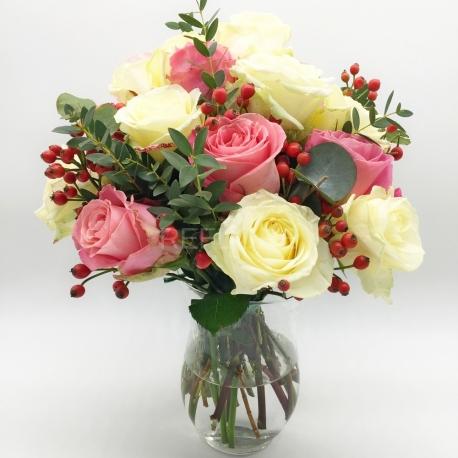 Mazzo Di Fiori Sinonimo.Bouquet Composto Da Rose Bianche E Rosa Con Bacche
