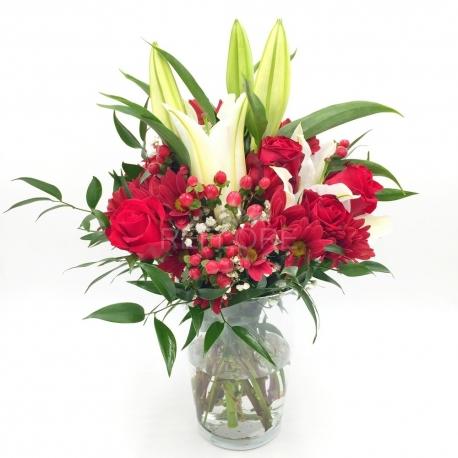 ROSSO FUOCO: rose rosse, margherite, iperico e lilium