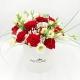CAPPELLIERA BIANCA FRAGOLE CON PANNA: rose rosse e lisianthus bianchi