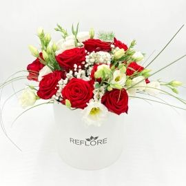 CAPPELLIERA BIANCA FRAGOLE CON PANNA: rose rosse e lisianthus bianchi