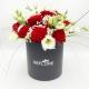 CAPPELLIERA NERA FRAGOLE CON PANNA: rose rosse e lisianthus bianchi