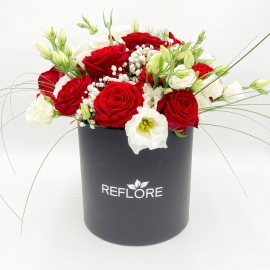 CAPPELLIERA NERA FRAGOLE CON PANNA: rose rosse e lisianthus bianchi