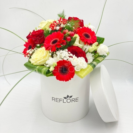 CAPPELLIERA BIANCA FRUTTI DI BOSCO: rose rosse e bianche, gerbere e bacche rosse