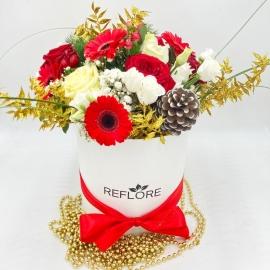 CAPPELLIERA NERA PIGNA BRINATA: rose rosse e bianche, gerbere, bacche e oro