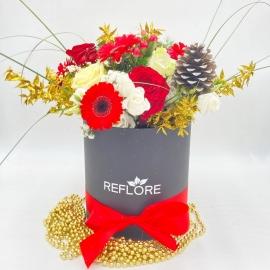 CAPPELLIERA BIANCA PIGNA BRINATA: rose rosse e bianche, gerbere, bacche e oro