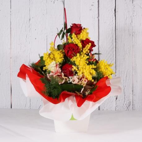 Bouquet con mimosa rose e orchidea