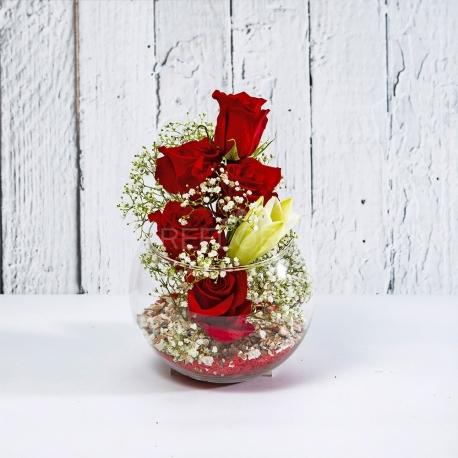 LOLA: composizione in vaso di vetro con Rose e Lilium.