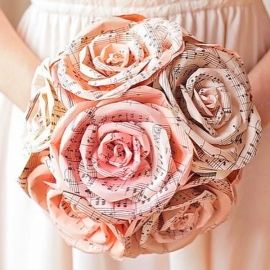 BOUQUET DI ROSE CON CARTA NOTE MUSICALI