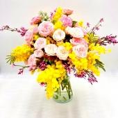 Tocco delicato per questo elegante e e delizioso bouquet di rose rosa e mimosa. Guarda il nostro catalogo 🌺🌼🌺link in bio🌺🌼🌺
