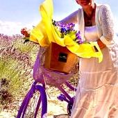 I nostri originali Bouquet Fresh immersi tra i campi di grano e di lavanda del Monferrato…i fiori regalano sempre magie 🌻🌺🌼💐